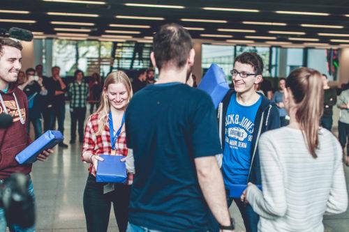 Übergabe der Preise an das Gewinnerteam beim EnBW Hackathon. Foto: EnBW Energie Baden-Württemberg AG